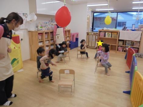 1・2歳児の保育「タオル遊び」「ゲーム遊び」 | ニチイキッズ富安 ...
